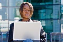 Donna di affari dell'afroamericano con il calcolatore Immagine Stock