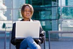 Donna di affari dell'afroamericano con il calcolatore Immagini Stock