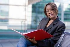 Donna di affari dell'afroamericano con il dispositivo di piegatura Fotografia Stock