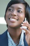Donna di affari dell'afroamericano sul telefono delle cellule Fotografia Stock