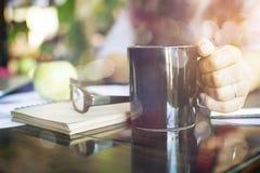 Donna di affari dell'interno con caffè Immagine Stock