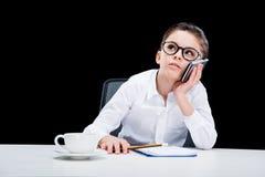 Donna di affari della ragazza che parla sullo smartphone e che prende le note Immagine Stock