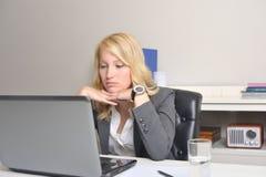 Donna di affari deludente sul lavoro Immagine Stock Libera da Diritti