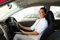 Donna di affari dentro l'automobile fotografia stock libera da diritti