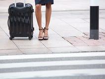 Donna di affari di angolo basso che aspetta sul marciapiede immagini stock libere da diritti