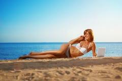Donna di affari di festa di divertimento di estate sul paesaggio di estate con noteb Immagini Stock Libere da Diritti