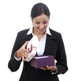 Donna di affari di Happpy che apre un contenitore di regalo immagini stock