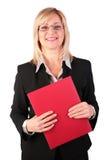 Donna di affari di mezza età con il dispositivo di piegatura rosso Fotografia Stock
