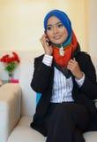Donna di affari di Muslimah che comunica sul telefono delle cellule Immagine Stock Libera da Diritti