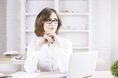 Donna di affari di pensiero in ufficio fotografia stock