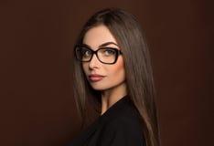 Donna di affari di Portret in vetri ed in un vestito nero Fotografia Stock Libera da Diritti