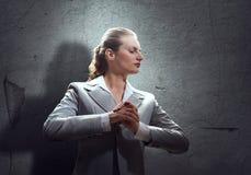 Donna di affari di preghiera immagini stock libere da diritti