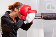 Donna di affari di pugilato che difende da una perforazione Immagini Stock