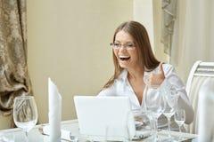 Donna di affari di risata che mostra i pollici su al pranzo Fotografia Stock Libera da Diritti