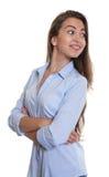 Donna di affari di risata con capelli scuri lunghi che guardano lateralmente Fotografia Stock Libera da Diritti