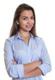 Donna di affari di risata con capelli scuri lunghi e le armi attraversate Fotografia Stock