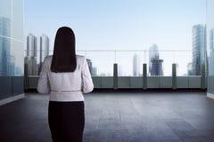 Donna di affari di successo che guarda fuori Fotografia Stock