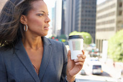 Donna di affari Drinking Takeaway Coffee fuori dell'ufficio immagine stock libera da diritti