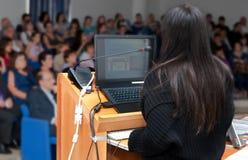 Donna di affari durante la proiezione di diapositive Immagini Stock