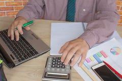 donna di affari e computer portatile di concetto di contabilità di affari con il calcolatore su area di lavoro della tavola Fotografia Stock Libera da Diritti