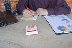donna di affari e computer portatile di concetto di contabilità di affari con il calcolatore su area di lavoro della tavola Fotografia Stock