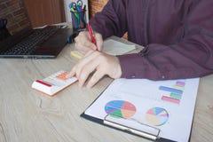 donna di affari e computer portatile di concetto di contabilità di affari con il calcolatore su area di lavoro della tavola Fotografie Stock