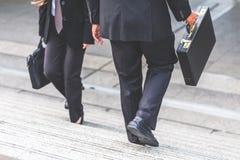 Donna di affari e dell'uomo d'affari sulle scale Fotografia Stock Libera da Diritti