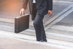 Donna di affari e dell'uomo d'affari sulle scale Fotografia Stock