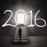 Donna di affari e una porta brillante con i numeri 2016 Fotografia Stock