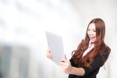 Donna di affari eccitata esaminando il pc del ridurre in pani Immagini Stock