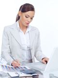 Donna di affari elegante che lavora al suo scrittorio Fotografia Stock Libera da Diritti
