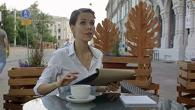 Donna di affari elegante che richiede il cameriere mentre sedendosi alla caffetteria, rottura del pranzo di lavoro del dirigente  video d archivio
