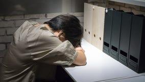 Donna di affari esaurita e stanca che dorme sullo scrittorio immagini stock libere da diritti