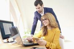 Donna di affari esecutiva e giovane assistente finanziario Fotografie Stock