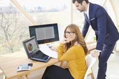 Donna di affari esecutiva e giovane businessma di aiuto finanziario Fotografie Stock Libere da Diritti