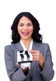 Donna di affari etnica che cerca l'indice analitico fotografia stock