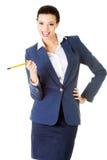 Donna di affari felice attraente con la penna Fotografia Stock