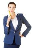 Donna di affari felice attraente con la penna Immagine Stock