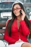 Donna di affari felice che chiama dal telefono Fotografia Stock