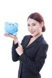 Donna di affari felice che indica al porcellino salvadanaio immagini stock