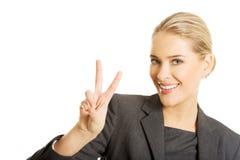 Donna di affari felice che mostra il segno di vittoria Fotografie Stock