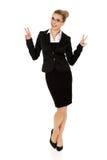 Donna di affari felice che mostra il segno di vittoria Immagine Stock Libera da Diritti
