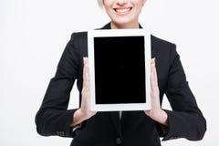 Donna di affari felice che mostra lo schermo di computer in bianco della compressa Fotografie Stock Libere da Diritti