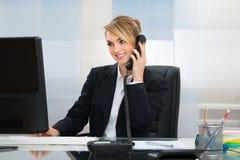 Donna di affari felice che parla sul telefono Immagini Stock Libere da Diritti