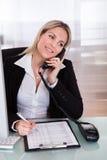 Donna di affari felice che parla sul telefono Fotografia Stock