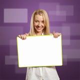 Donna di affari felice che tiene scheda bianca in bianco Immagini Stock Libere da Diritti