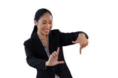 Donna di affari felice con il gesto della struttura del dito Fotografie Stock