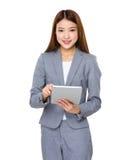 Donna di affari felice facendo uso del PC della compressa Fotografia Stock