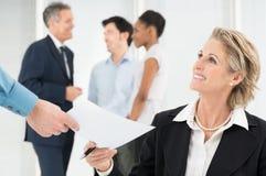 Donna di affari felice Holding Document Fotografia Stock