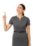 Donna di affari felice Pointing Upwards Fotografie Stock Libere da Diritti